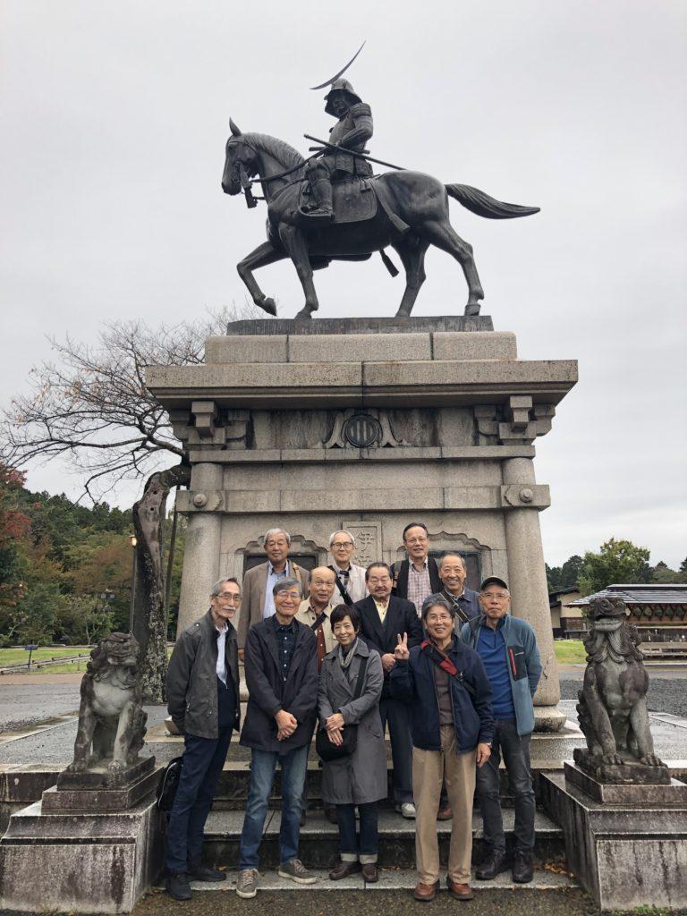 伊達政宗像の前で記念写真